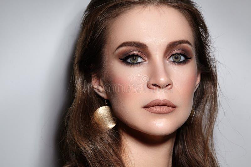 美好的构成职业妇女 庆祝样式眼睛构成,完善的眼眉,发光皮肤 明亮的时尚神色 免版税图库摄影