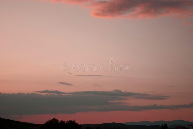 美好的桃红色和深红日落 库存图片