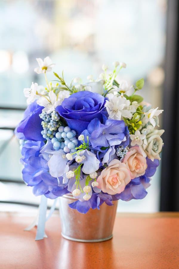美好的桃红色蓝色玫瑰花束嘲笑在花瓶 库存图片