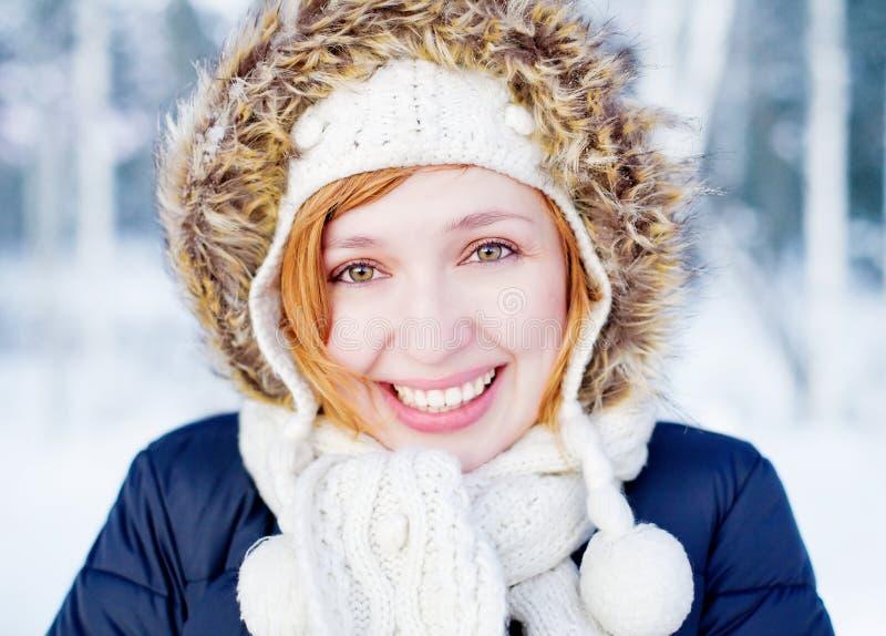 美好的森林女孩冬天 免版税图库摄影