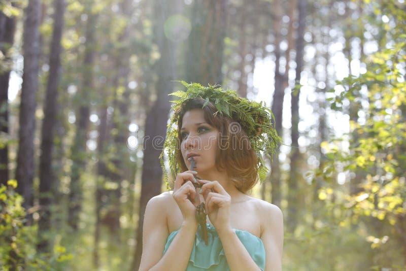 美好的模型在有葡萄酒钥匙的一个森林里 库存图片