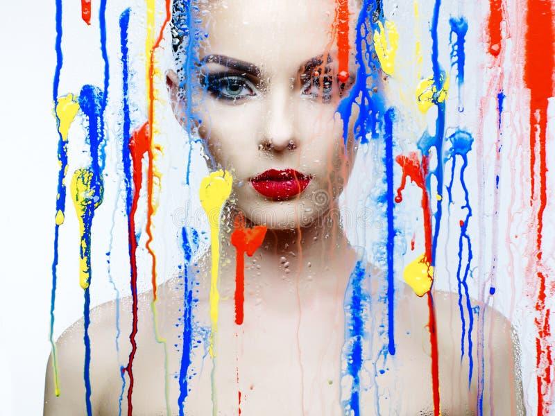 美好的模型通过与明亮的颜色的玻璃 免版税库存照片