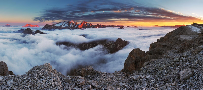 美好的横向山春天日出 日落-意大利Dolo 库存图片