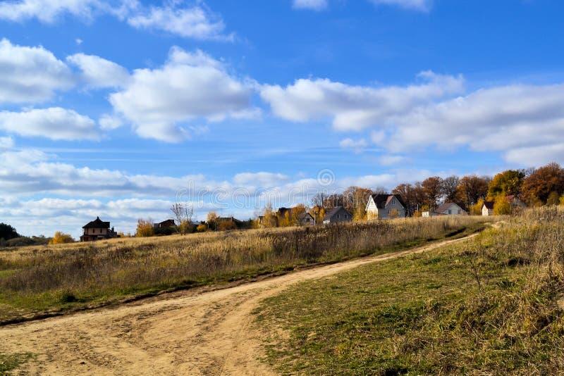美好的横向 在秋天森林安静牧人风景附近的村庄 秋天森林和多云天空 免版税图库摄影