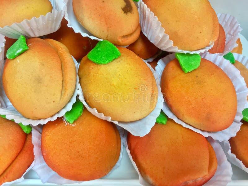 美好的欢欣,在面包店陈列室的甜曲奇饼 免版税库存照片