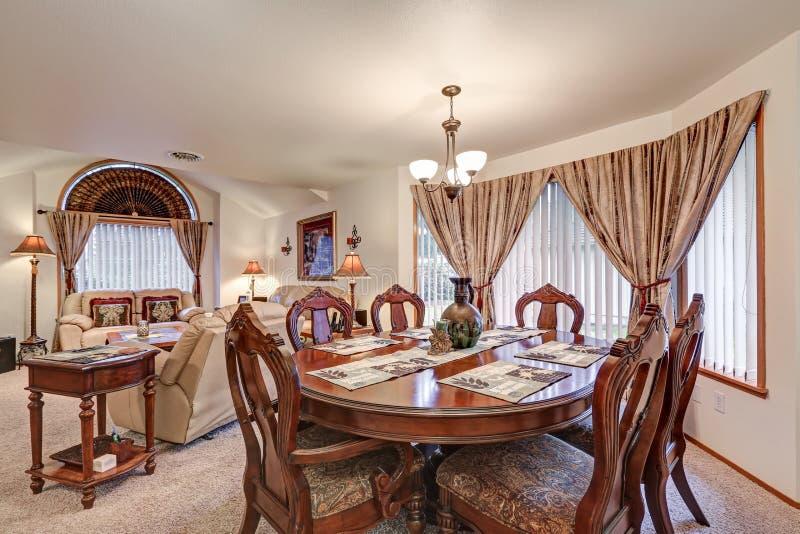 美好的正式用餐和客厅内部 西北,美国 免版税库存照片