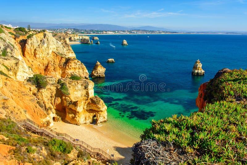 美好的沙滩普腊亚在拉各斯附近做有木走道的卡米洛 阿尔加威地区,葡萄牙 免版税库存图片
