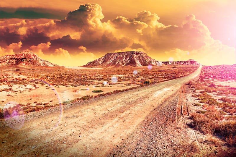美好的沙漠日落和路风景 风景日落 库存图片