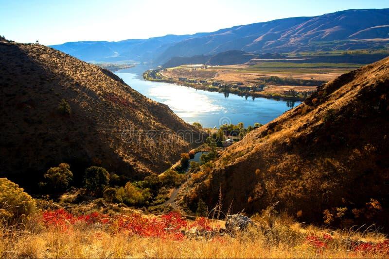 美好的河风景晴朗的秋天天从上面 免版税库存照片