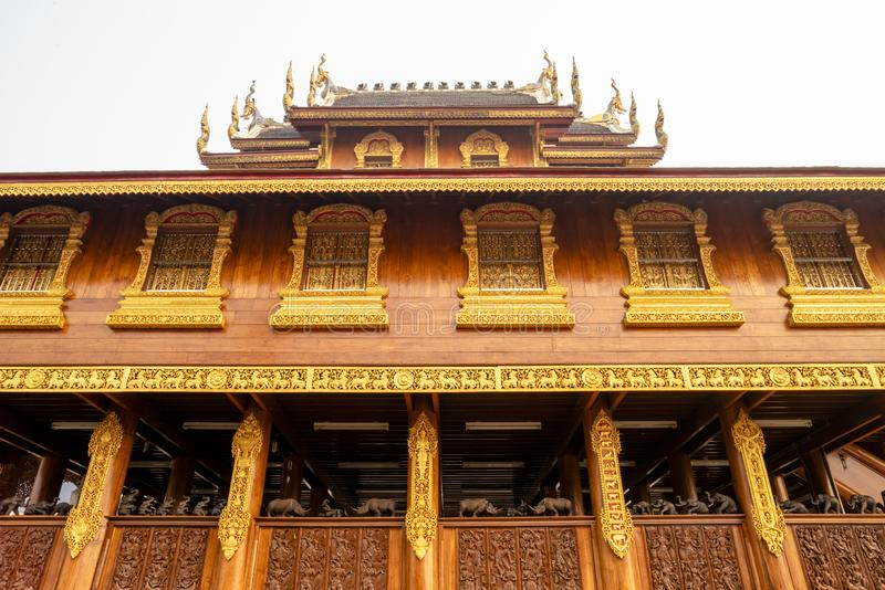 美好的泰国与多个窗口的样式木大厦与在佛教寺庙的金黄框架在泰国 库存照片