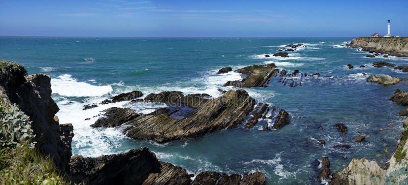 美好的海岸线风景和灯塔在太平洋海岸 库存照片