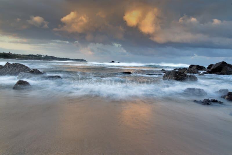 美好的海洋机智金黄云彩和有薄雾的波浪 图库摄影