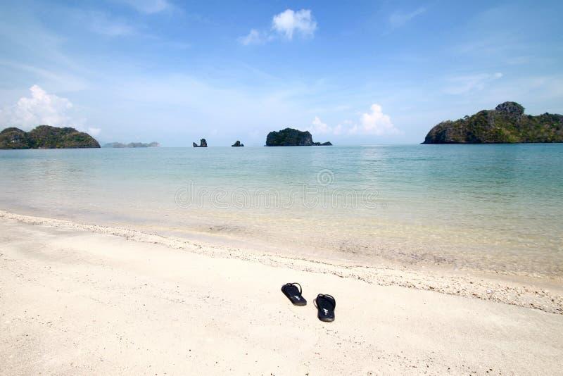 美好的海滩视图有天空蔚蓝背景 库存图片