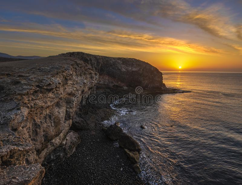 美好的海风景-在岩石海洋峭壁的日落 蓬塔帕帕加约湾 免版税库存照片
