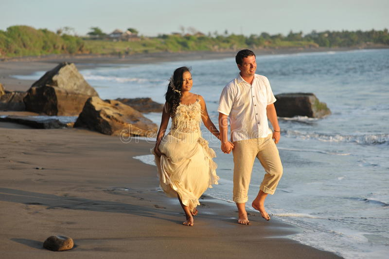 美好的海滩婚姻。 库存照片