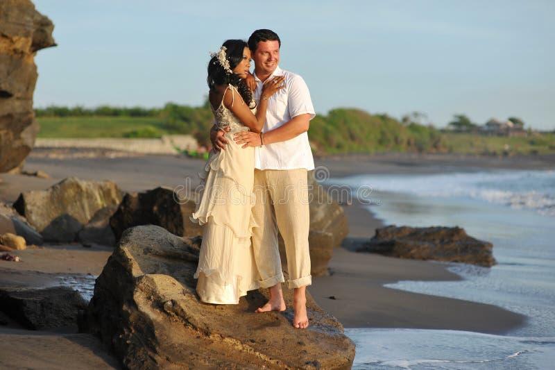 美好的海滩婚姻。 图库摄影