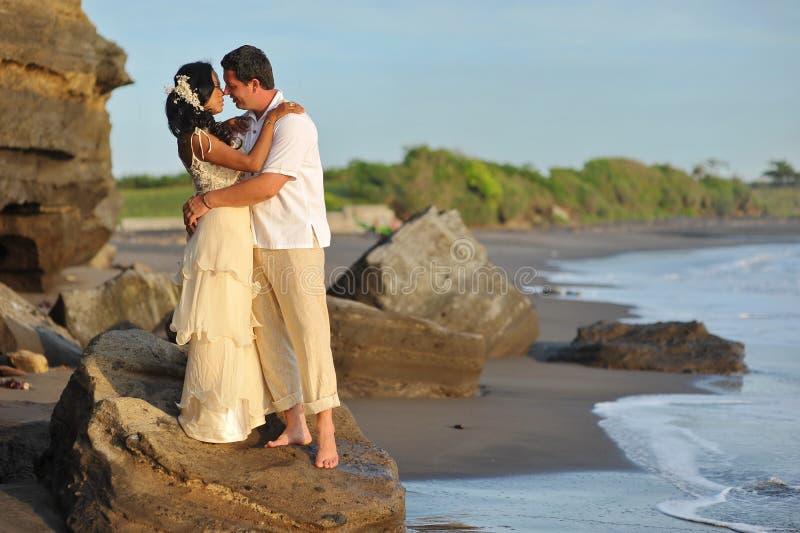 美好的海滩婚姻。 库存图片