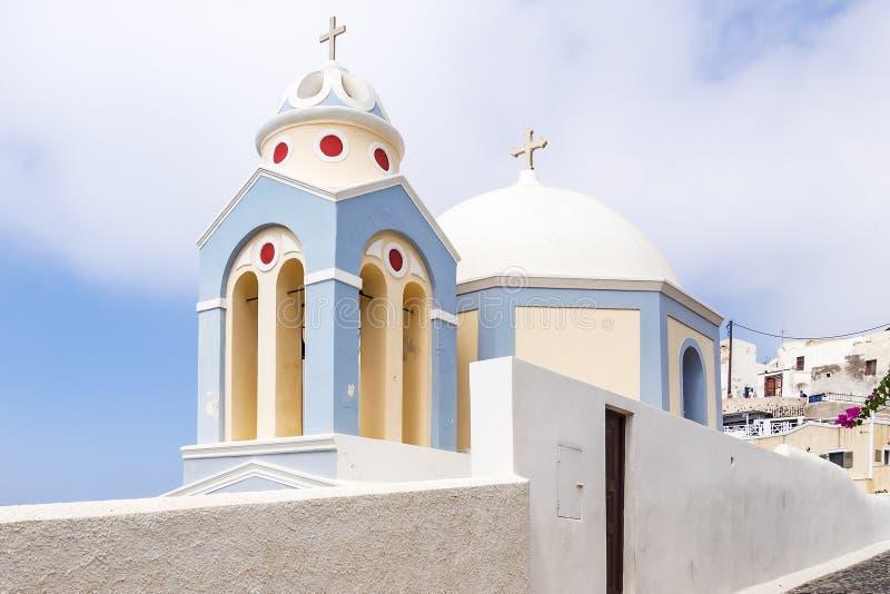 美好的淡色的小教堂在Fira,圣托里尼,希腊附近 免版税库存照片