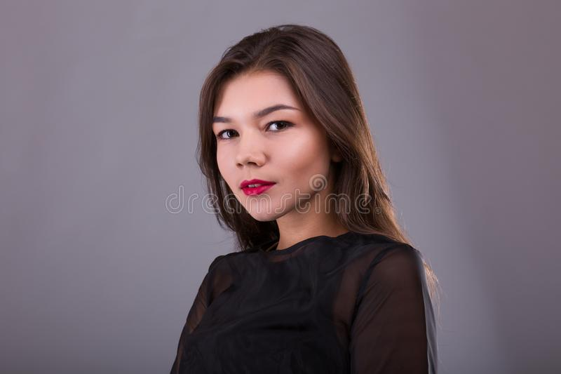 美好的深色的模型:经典构成和红色嘴唇 秀丽面孔 图库摄影