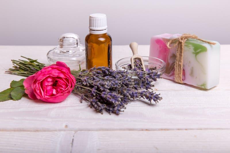 美好的温泉构成用在桌上的淡紫色 免版税库存照片