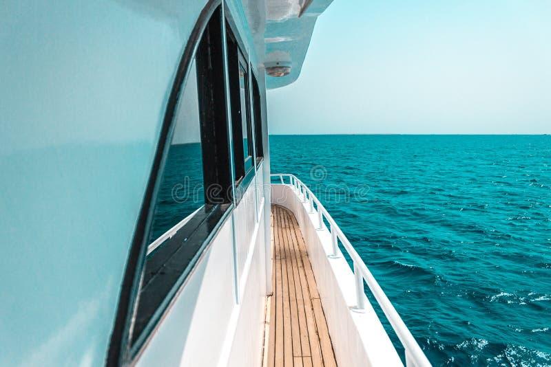 美好的游艇或船零件,游艇航行侧视图在海的 图库摄影