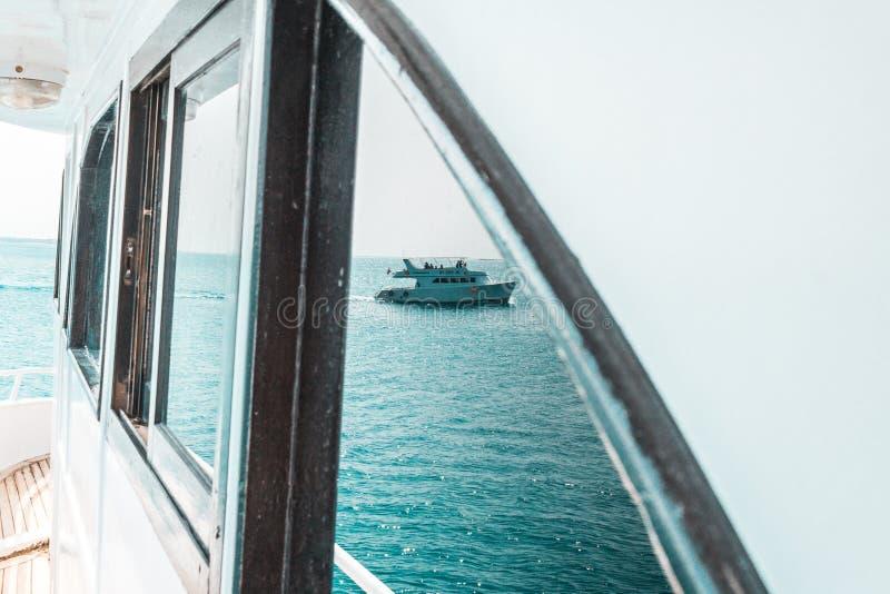 美好的游艇或船零件,游艇航行侧视图在海的 免版税库存照片