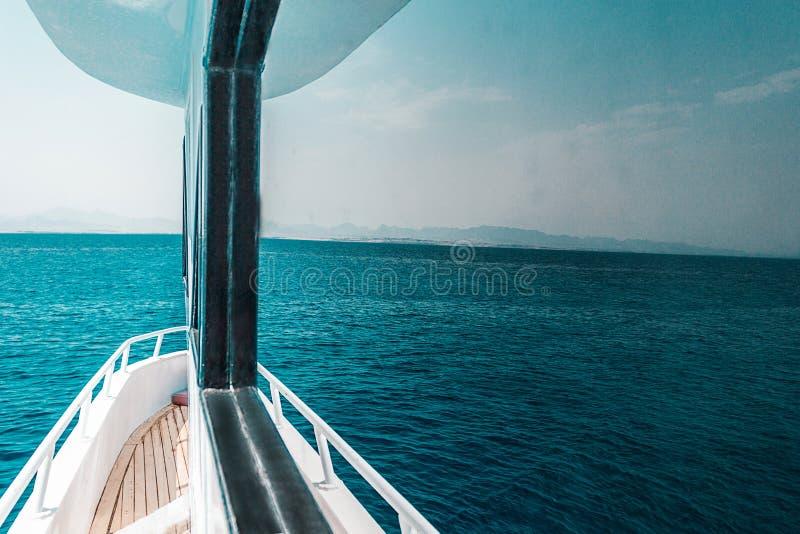 美好的游艇或船零件,游艇航行侧视图在海的 库存照片