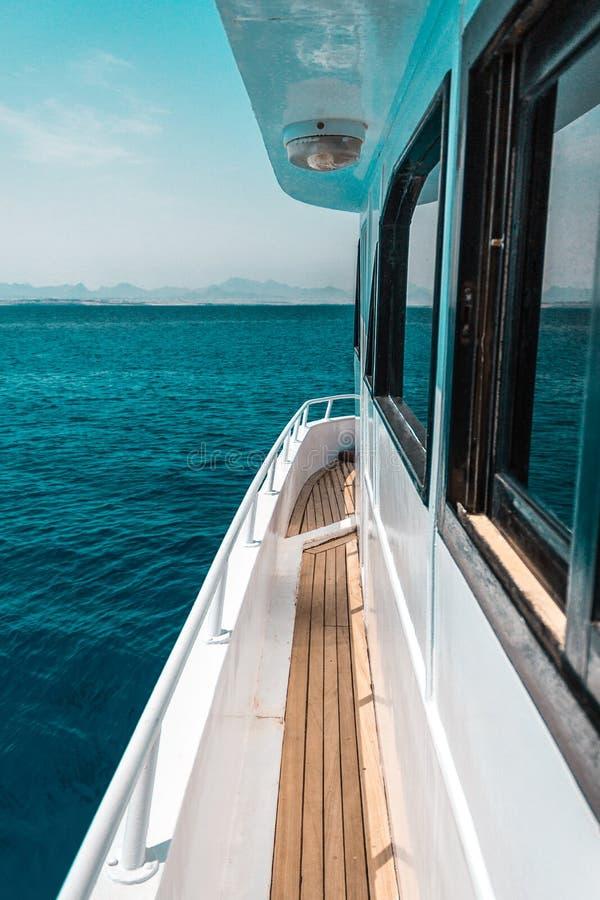 美好的游艇或船零件,游艇航行侧视图在海的 库存图片