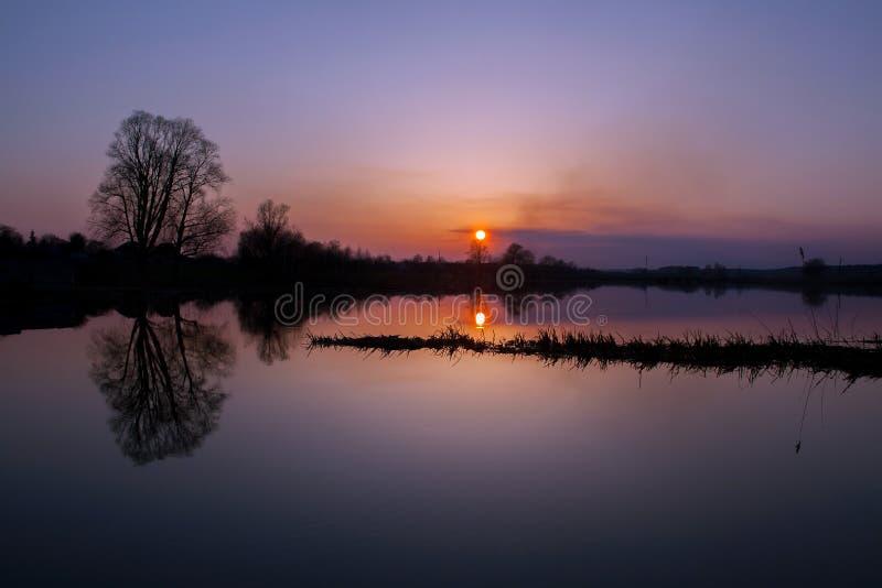美好的湖日落 免版税库存照片