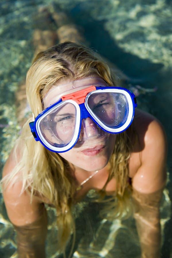 美好的潜水愉快的夏天妇女年轻人 免版税库存图片