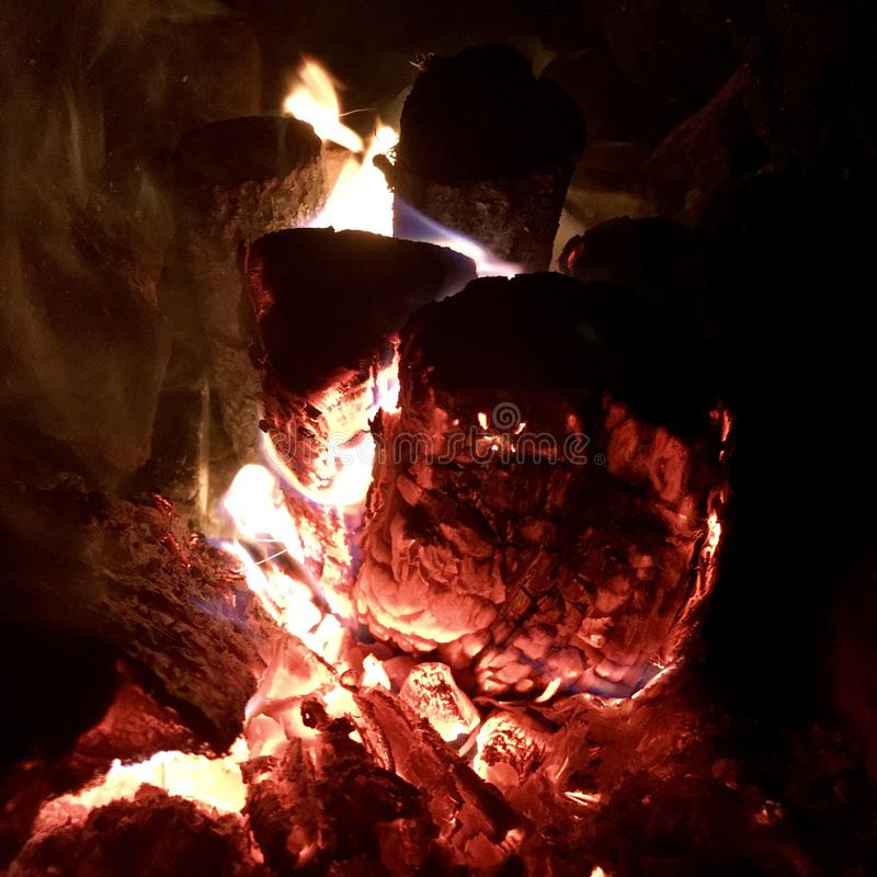 美好的火焰褐色木深黑色煤炭 库存照片