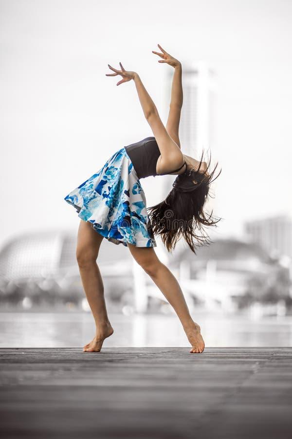 美好的灵活的少妇跳舞 库存照片