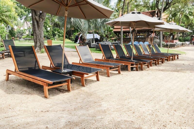 美好的热带手段海滩长凳的空的游人  库存照片