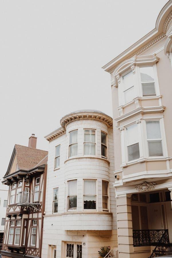 美好的现代建筑学低角度射击在旧金山,加州有清楚的背景 免版税库存图片