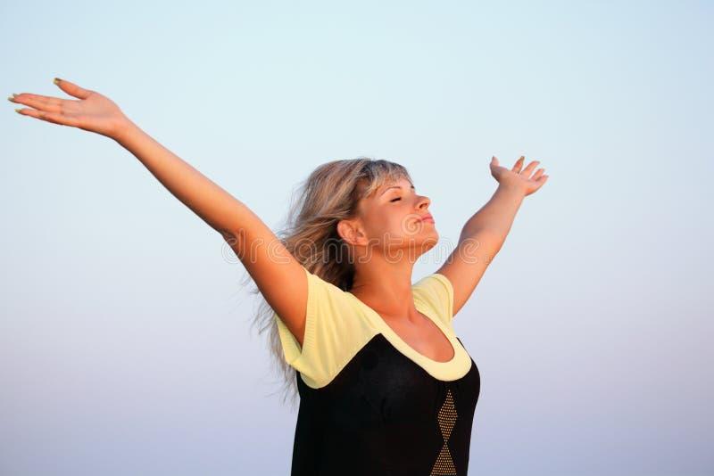 美好的现有量增强的天空向上妇女 免版税库存照片