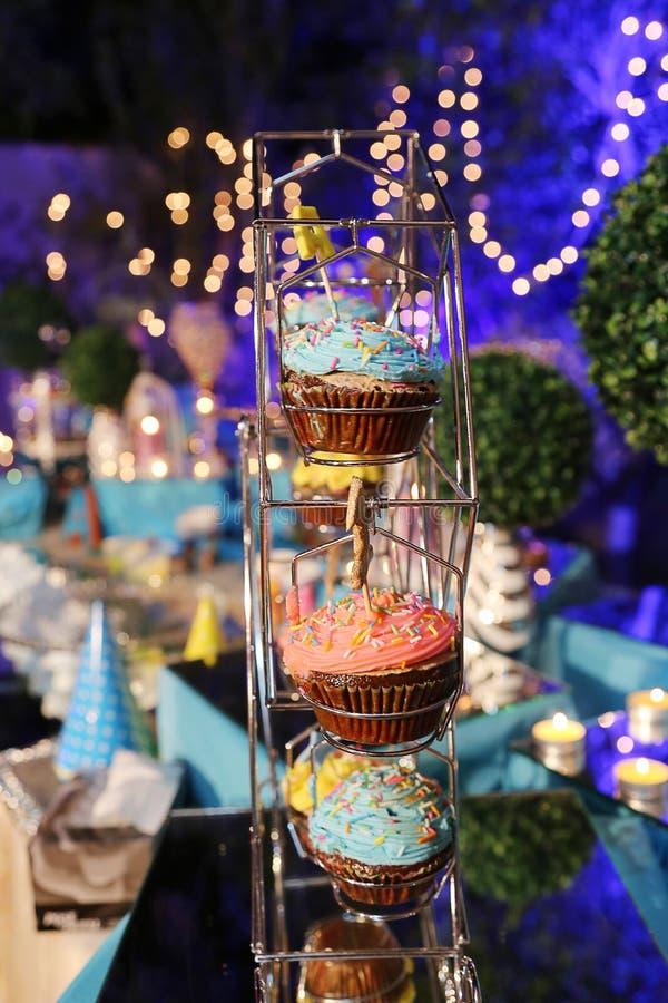美好的生日宴会用五颜六色的杯形蛋糕 免版税库存图片