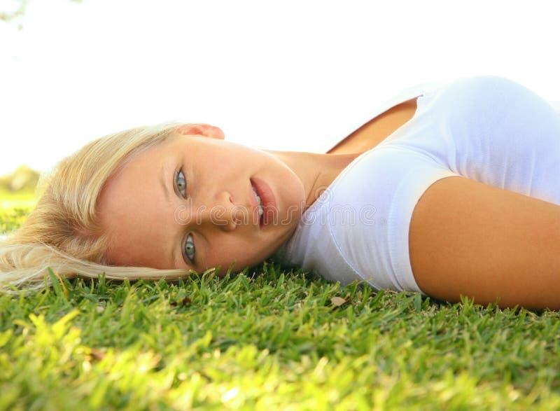 美好的白种人女性草位置端 免版税库存图片