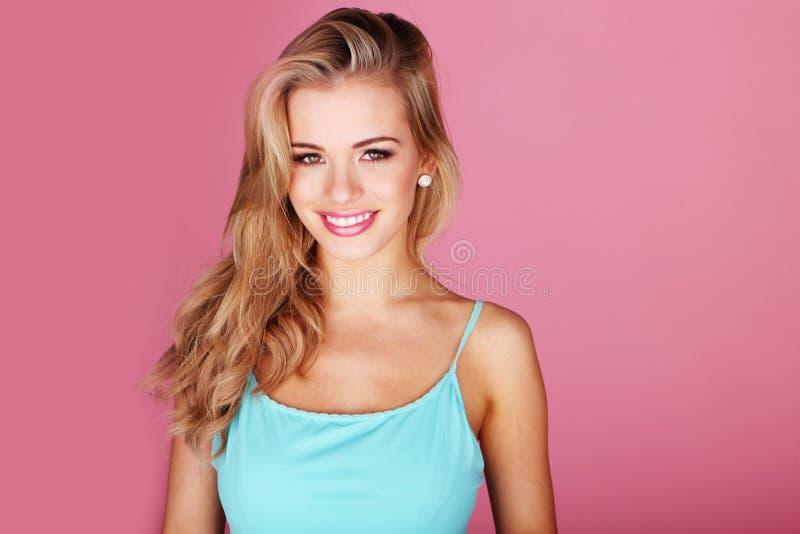 美好的白肤金发的俏丽的微笑 图库摄影
