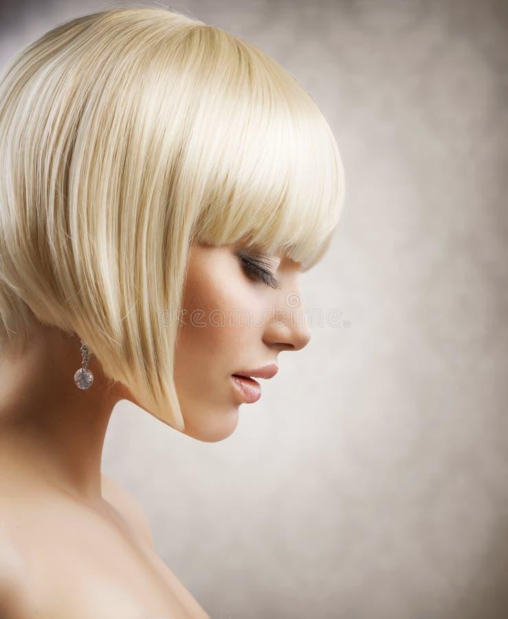 美好的白肤金发的女孩头发短小 免版税图库摄影