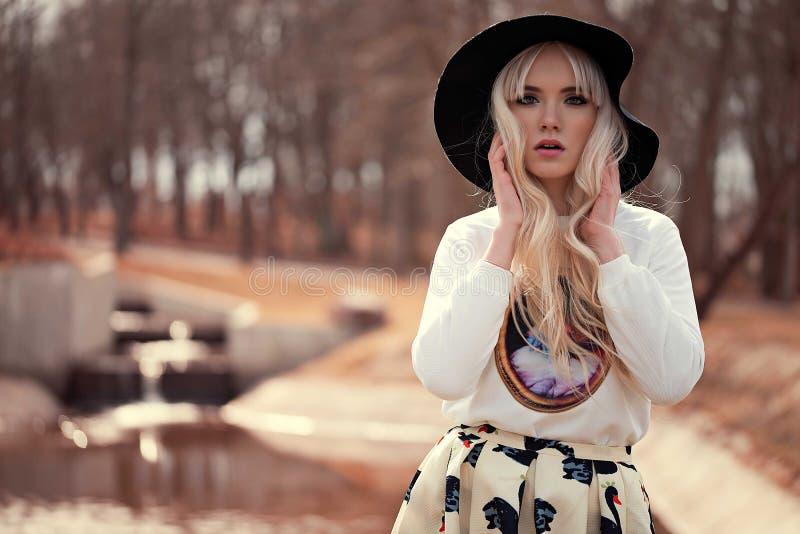 美好的白肤金发的女孩构成 免版税库存图片