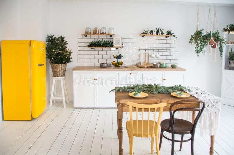 美好的白色舒适现代厨房内部,厨具,家庭样式,与黄色冰箱 免版税库存图片