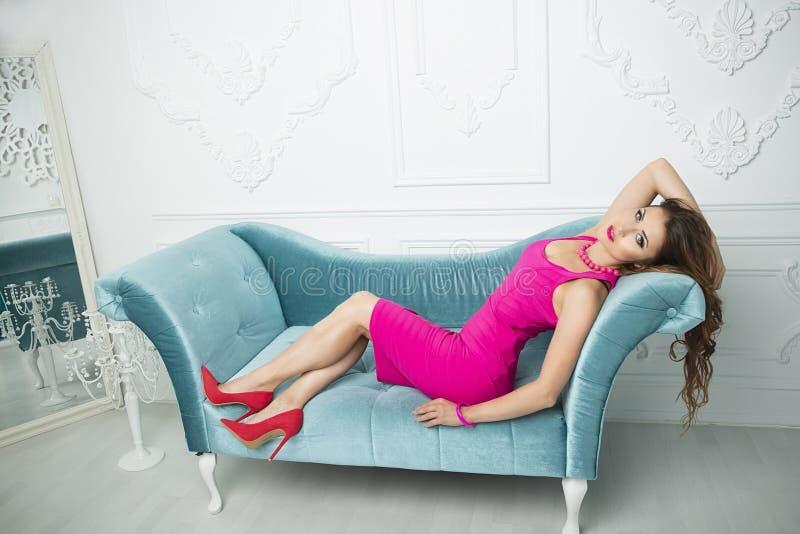 美好的白色豪华时髦的Interio的魅力深色的妇女 库存图片