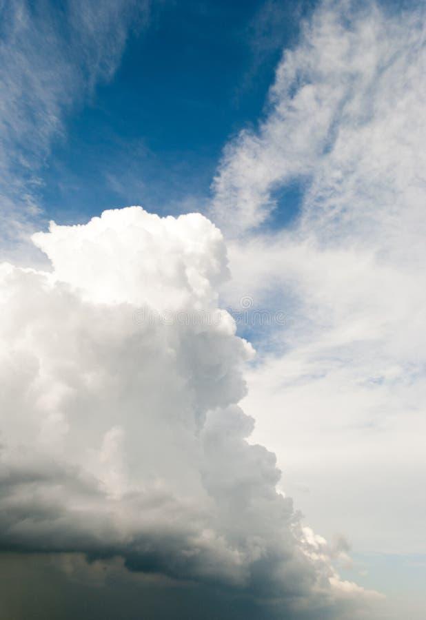美好的白色高灰色覆盖风雨如磐的云彩壮观在一个蓝天夏日风景 免版税库存图片