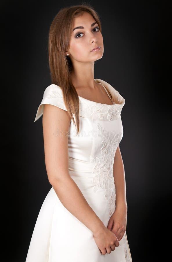 美好的礼服女孩工作室婚礼 免版税库存照片