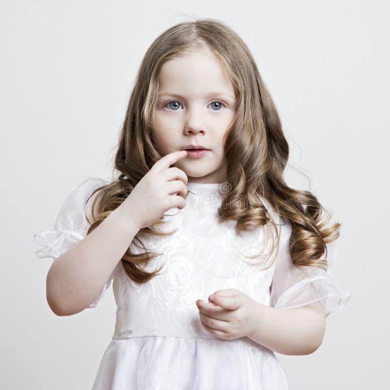 美好的礼服女孩纵向白色 免版税库存图片