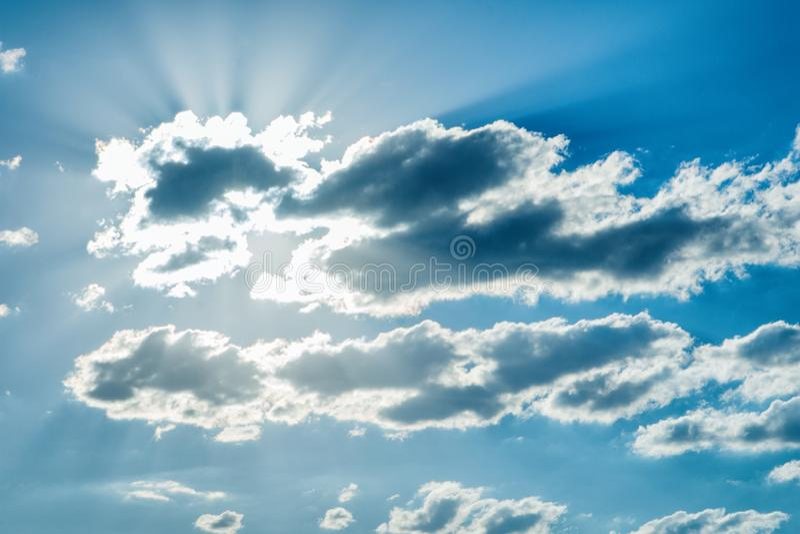 美好的神圣风景 云彩和太阳在日落 免版税库存照片