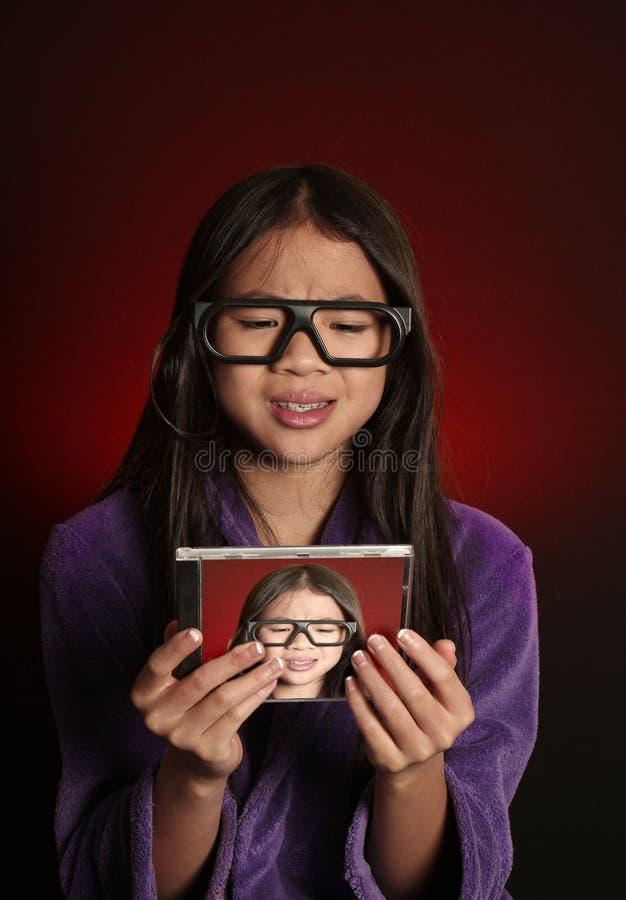 美好的秀丽注视女孩构成自然纵向 免版税库存图片