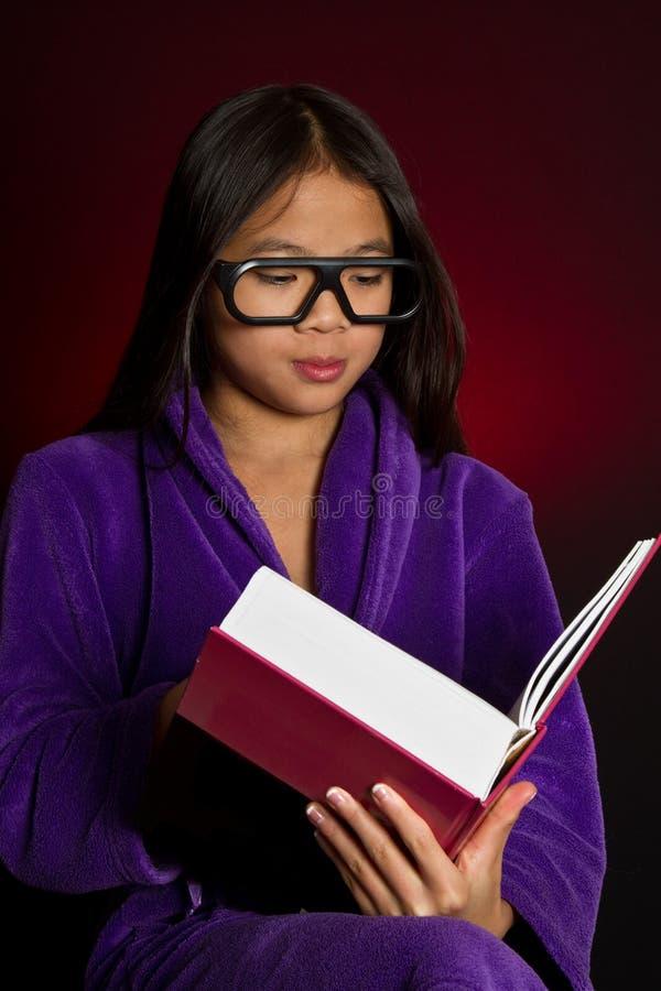 美好的秀丽注视女孩构成自然纵向 库存图片