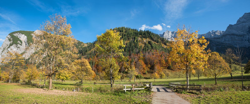 美好的秋天风景,远足区域karwendel谷,名为 库存照片