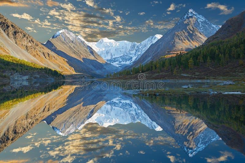 美好的秋天风景,阿尔泰山俄罗斯 免版税库存图片